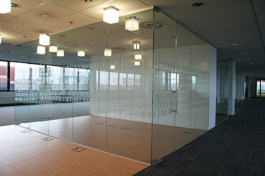 Out of the frame 6 inspiring frameless solutions for your home extreme how to blog for Frameless interior glass doors